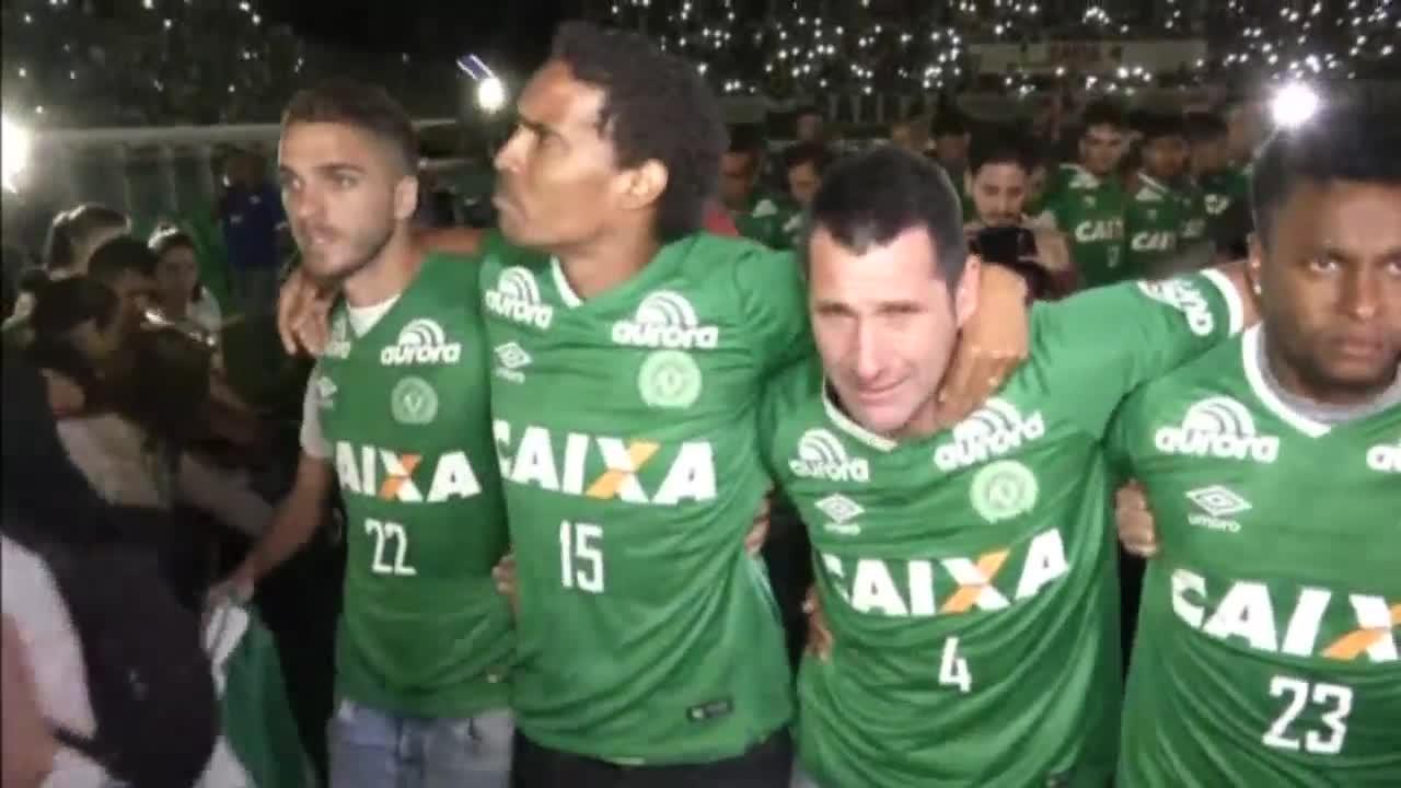 Без думи: Живите футболисти на Шапе почетоха загиналите