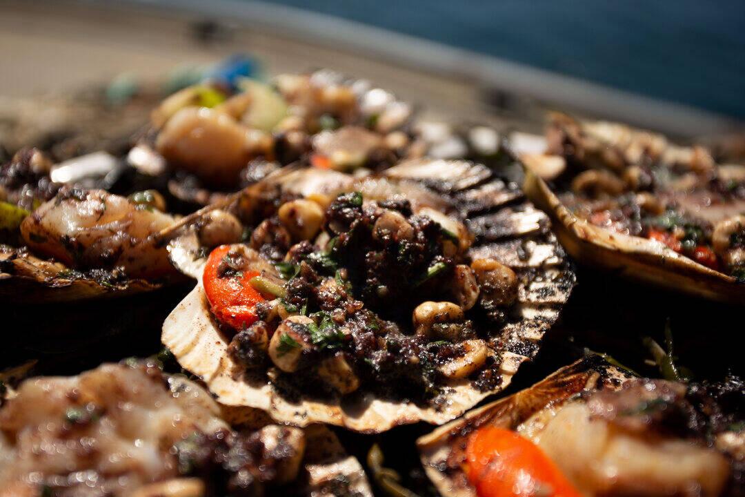 Миди Сен-Жак на жар с масло с кървавица, ябълки и лешници | Джеймс Мартин