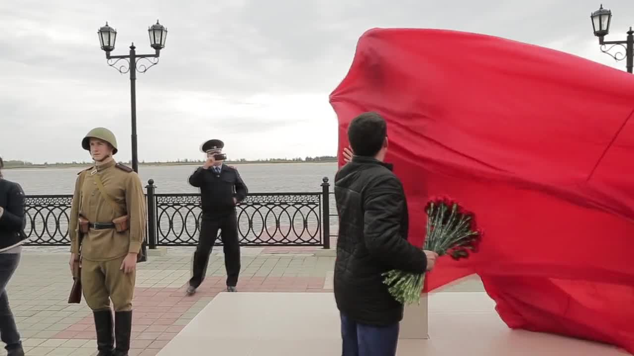 Russia: Stalin bust unveiled in Surgut despite city authority's objections