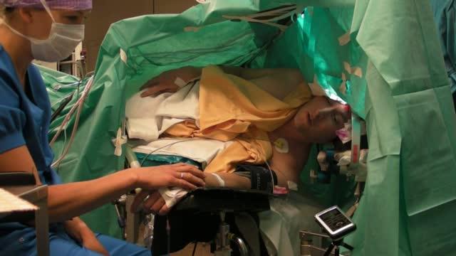 Оперен певец пее, докато лекари отстраняват тумор от мозъка му