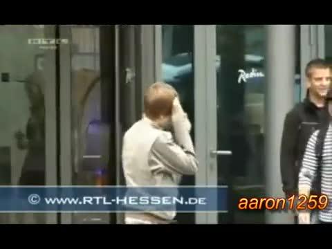 Justin Bieber се удря в стъклена врата