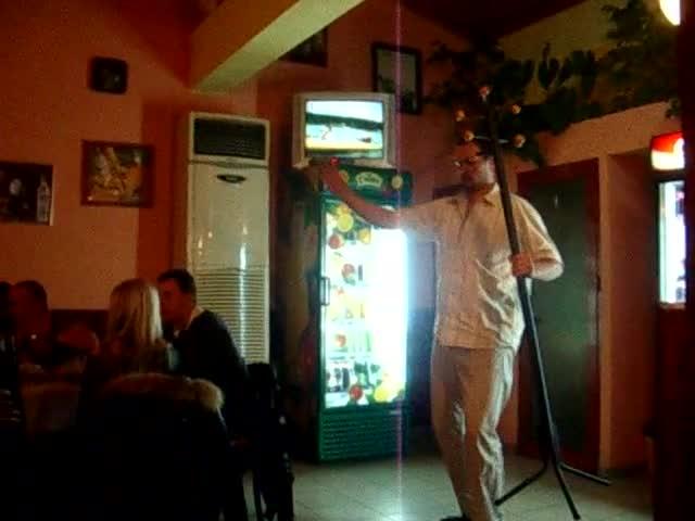 Танцът със закачалката :))))