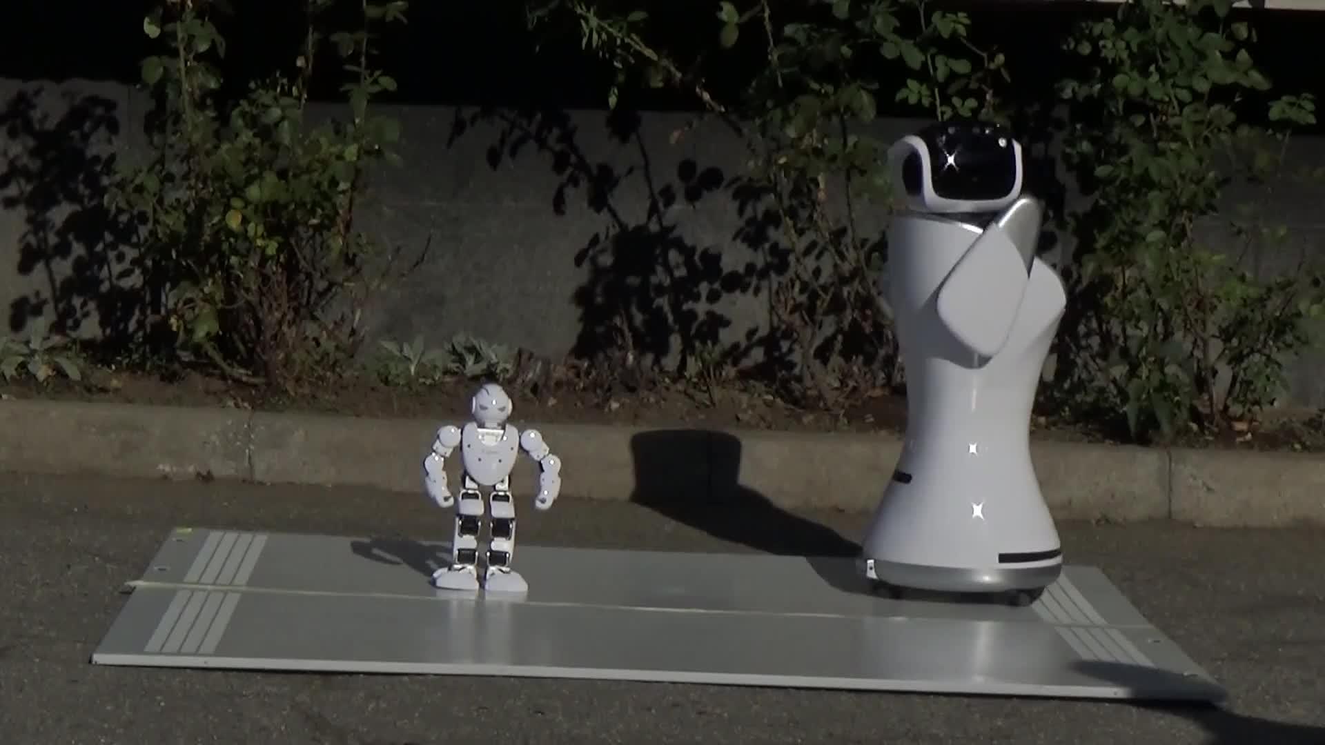 Роботи посрещнаха учениците в ТУЕС за първия учебен ден