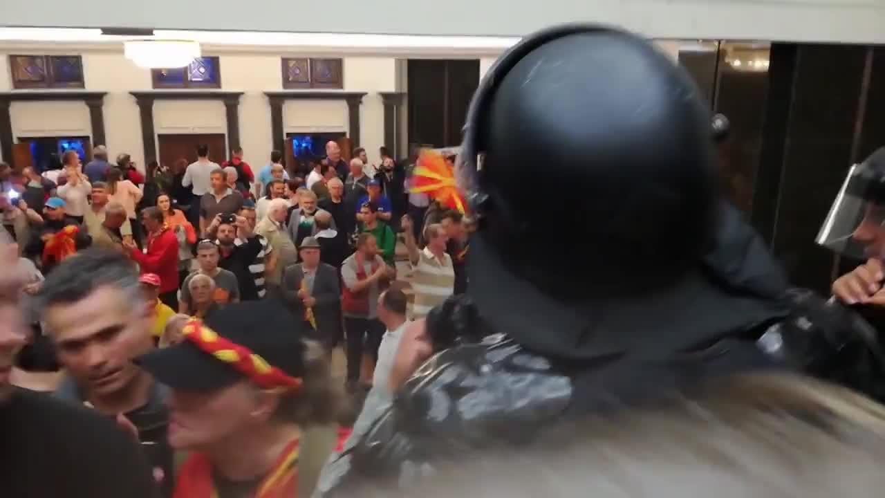 Протестиращи нахлуха в македонския парламент и биха депутати
