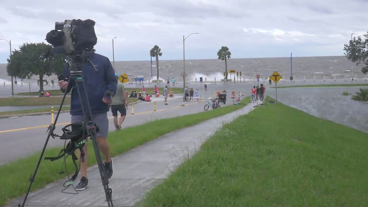 USA: Huge waves flood New Orleans shoreline as hurricane Sally set to make landfall