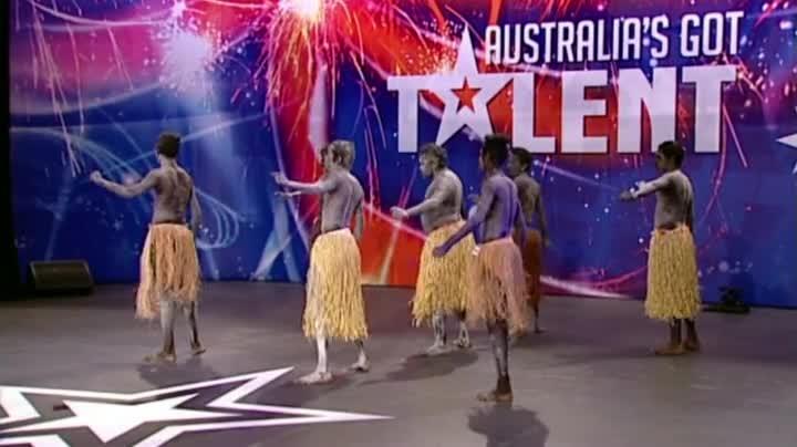 Аборигени Танцуват Сиртаки