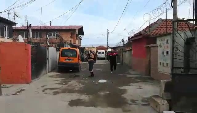 Кючек и стриптийз пред полицаи в гетото в Бургас
