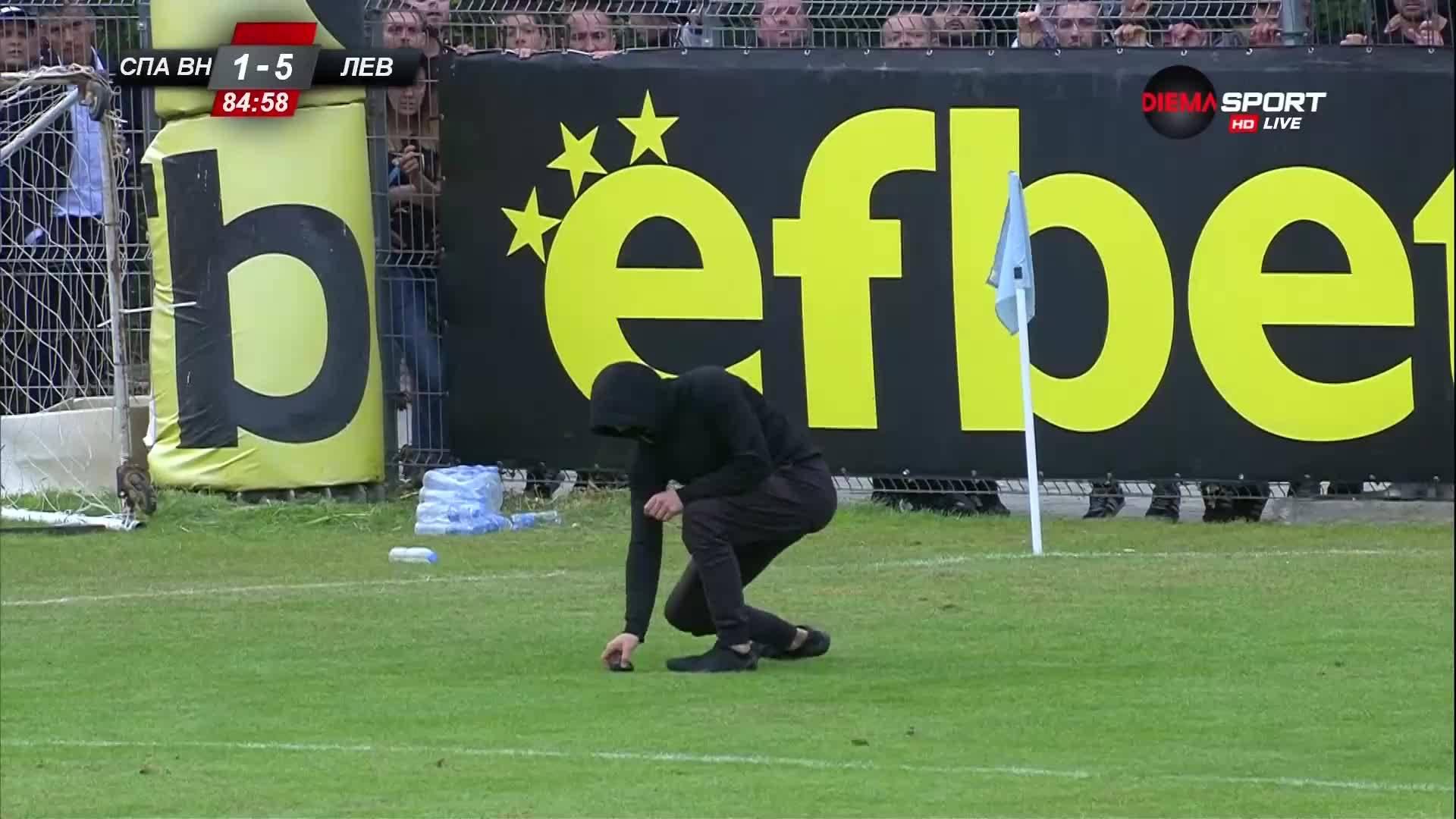 Ново 20 от агитката на Левски: Фен изтича и прибра предмет от терена
