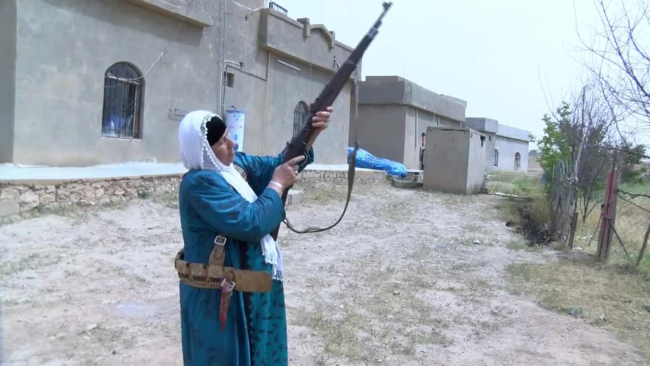 """Жени се въоръжиха, за да защитят селото си от """"Ислямска държава"""""""