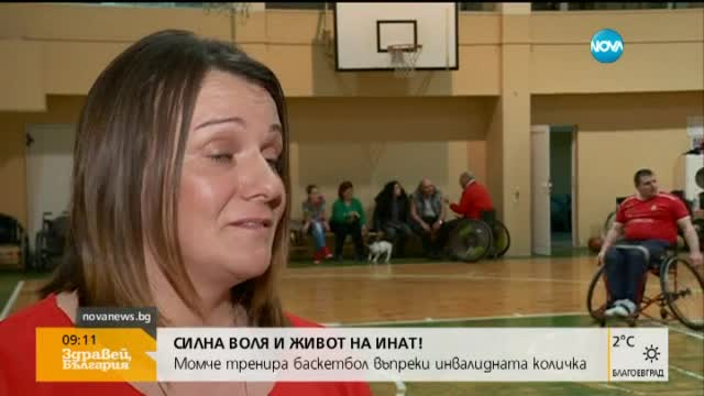 Момче тренира баскетбол въпреки инвалидната количка