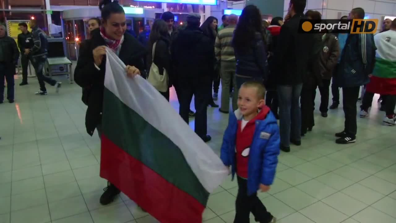 Вижте колоритните фенове, които посрещнаха Кубрат Пулев