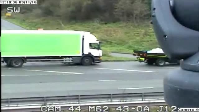 атака с лопата след катастрофа между два камиона