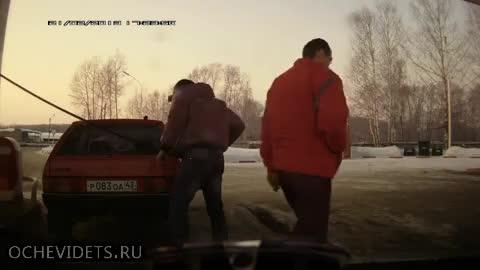 Смях ... Руснак зарежда на бензиностанция