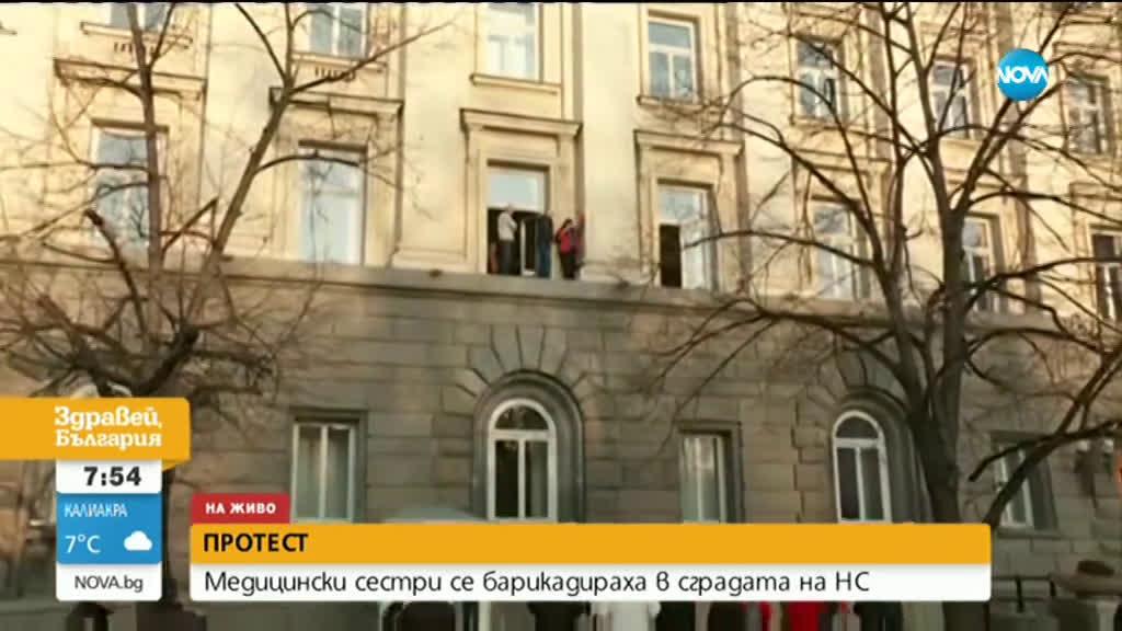 Една от барикадиралите се мед. сестри излезе на прозореца на сградата на НС
