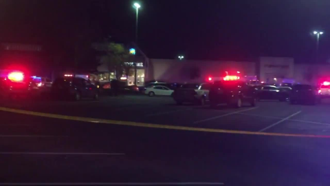 USA: Police search for gunman after 4 women killed in Burlington mall shooting