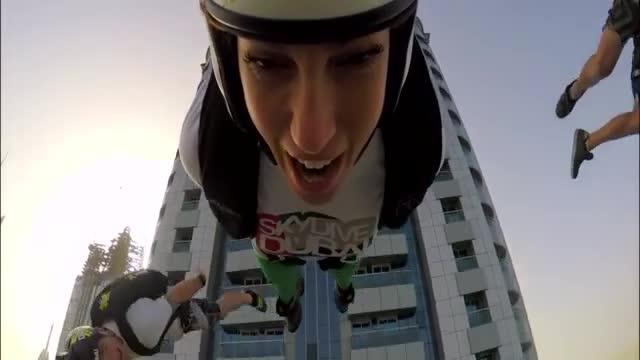 558 души скочиха с парашут от най-високата сграда в света