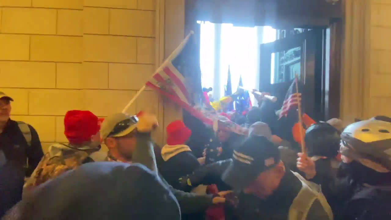 USA: Footage reveals moments just before and during storming of Capitol