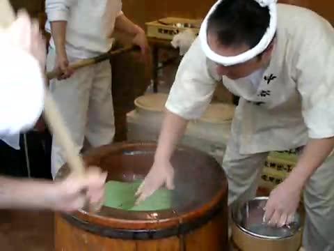 "Луди японци ""месят"""