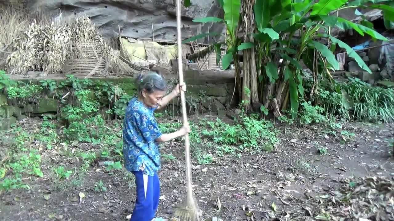 Семейство от Китай живее в пещера от над 50 години