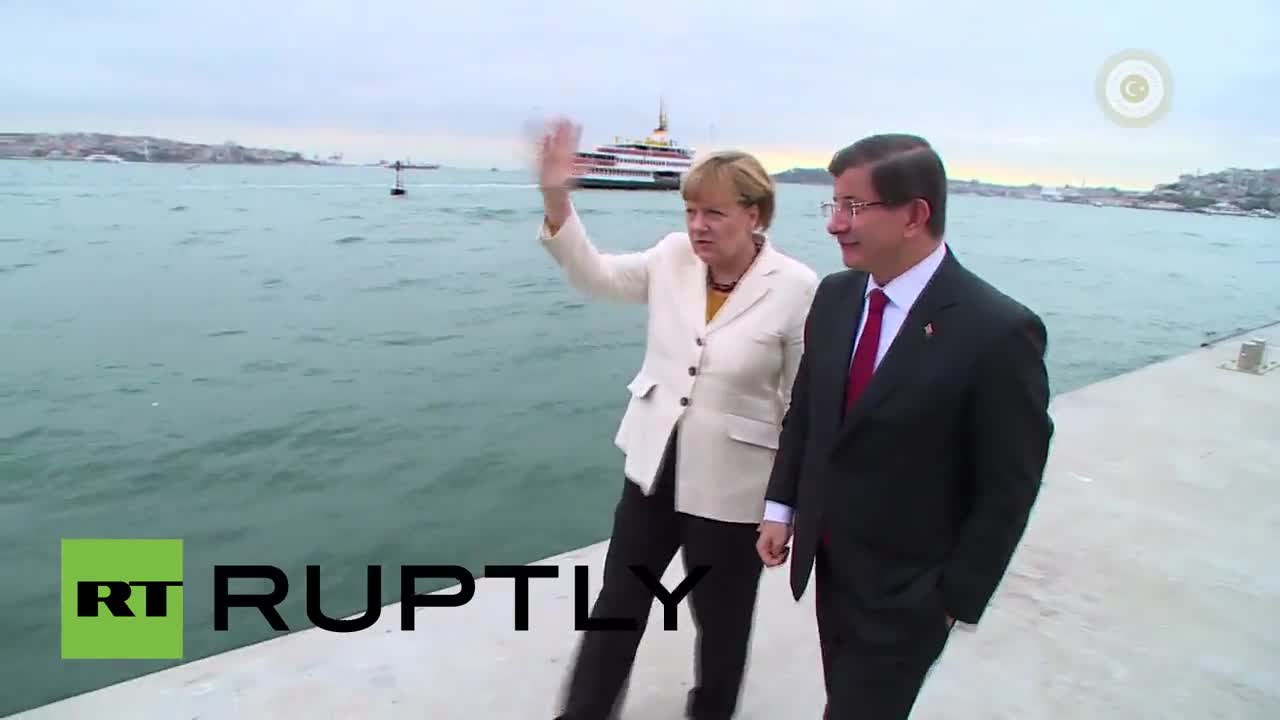 Turkey: PM Davutoglu takes Merkel sight-seeing on the Bosphorus