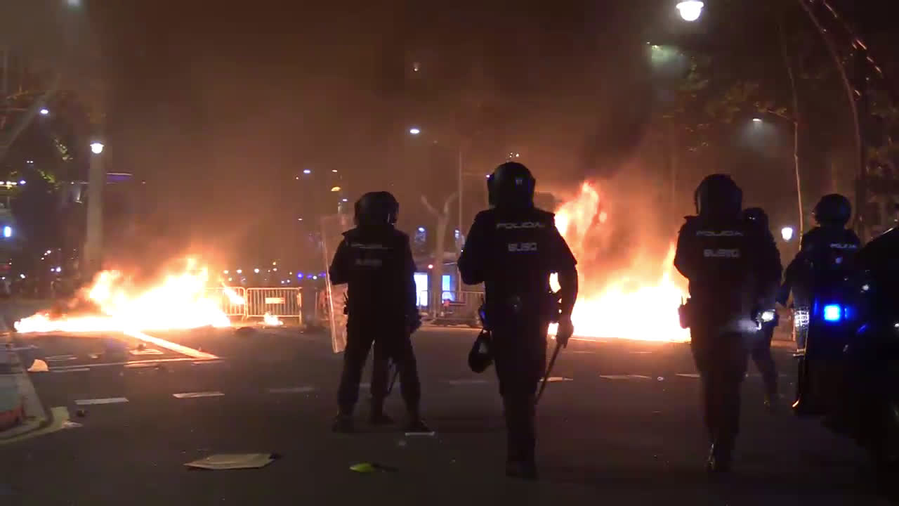 Spain: Clashes continue in Barcelona protests