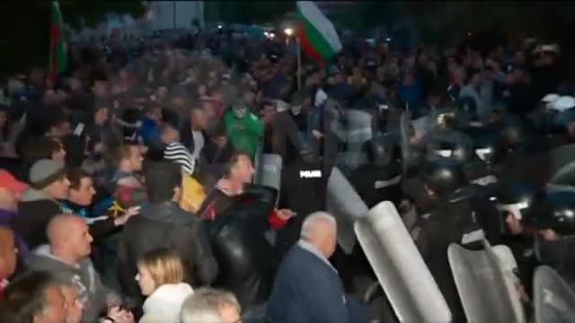 СБЛЪСЪЦИ И РАНЕНИ В РАДНЕВО: Пострадали са протестиращи и полицаи