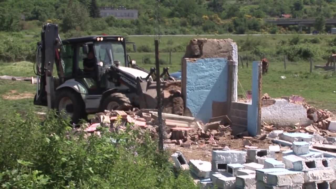 Събарят незаконни ромски къщи в Казанлък