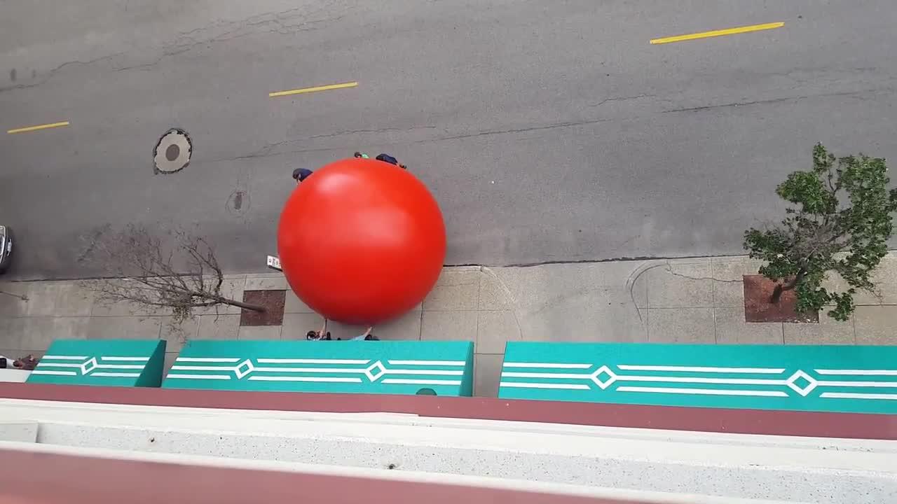 Преследват гигантско червено кълбо по улиците в Охайо
