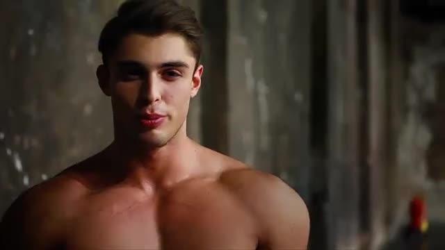 Красиви руснаци, модели на мъжко бельо представят бельото в queerwear.net