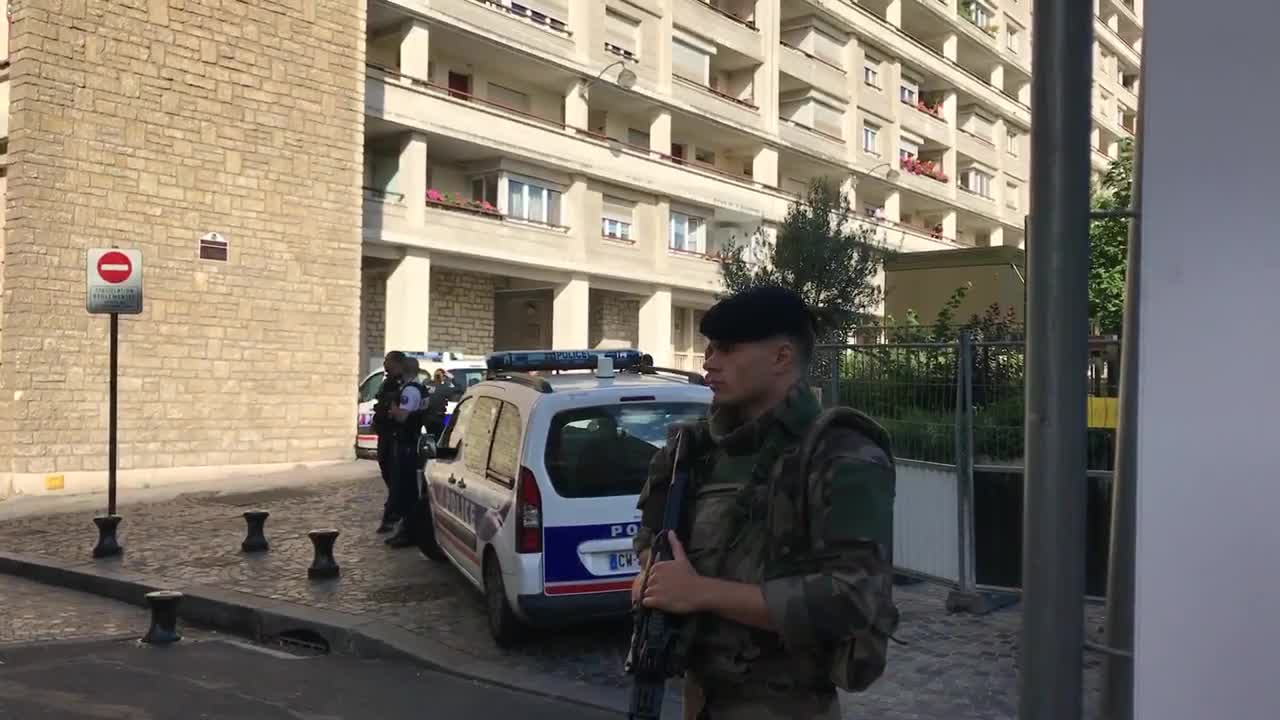 Извънредно: Кола се вряза в тълпа в предградие на Париж