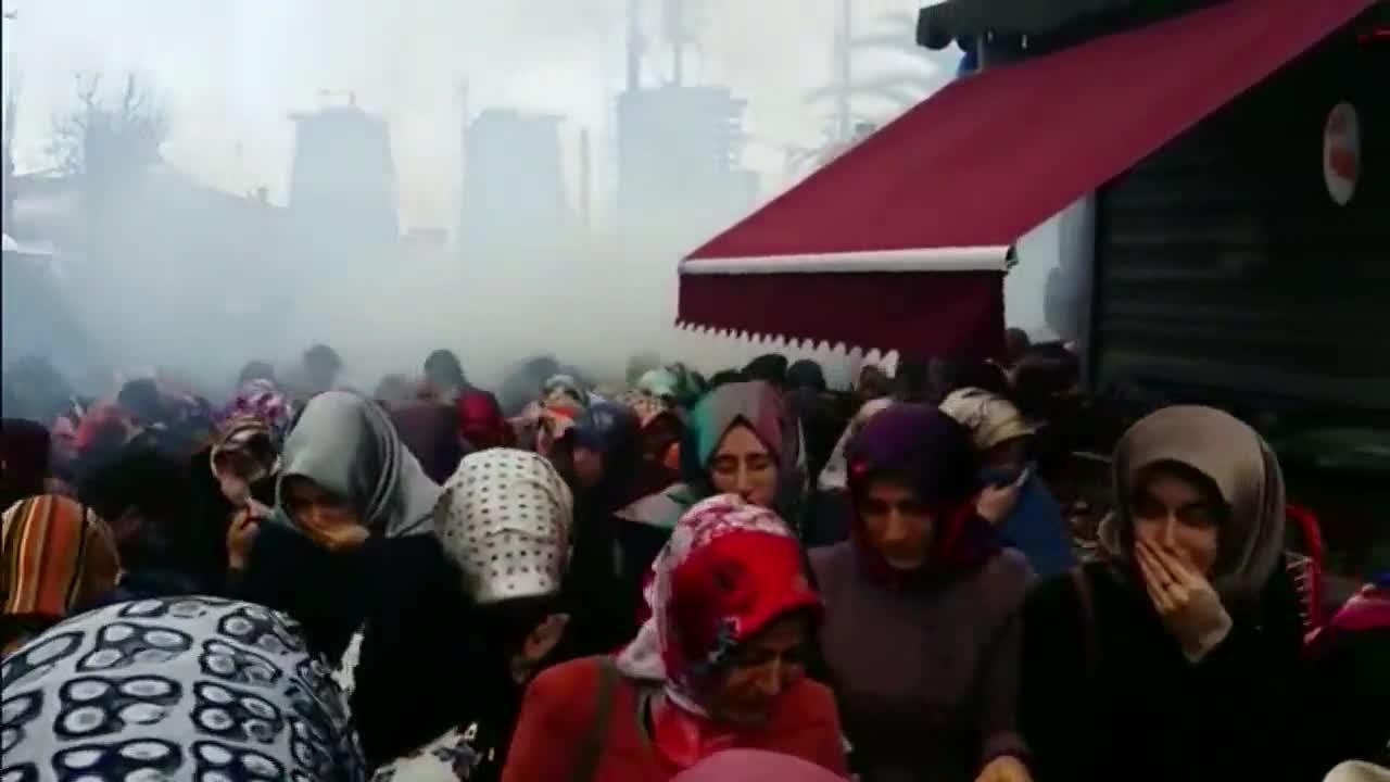 Турция: Полицията използва сълзотворен газ, за да разпръсне демонстрантите