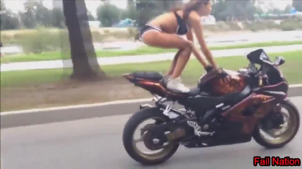 Секси рокерка показва умения