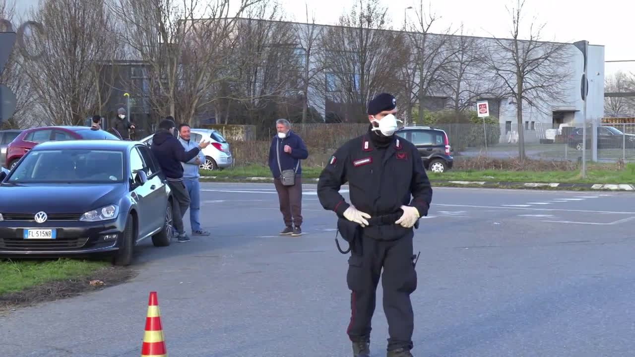 Italy: People gather at checkpoints in quarantined Lodi area amid gate-reopening rumours