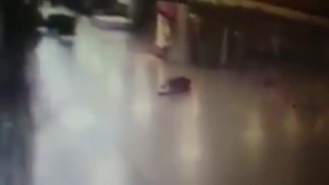 Застреляха единия от атентаторите в Истанбул