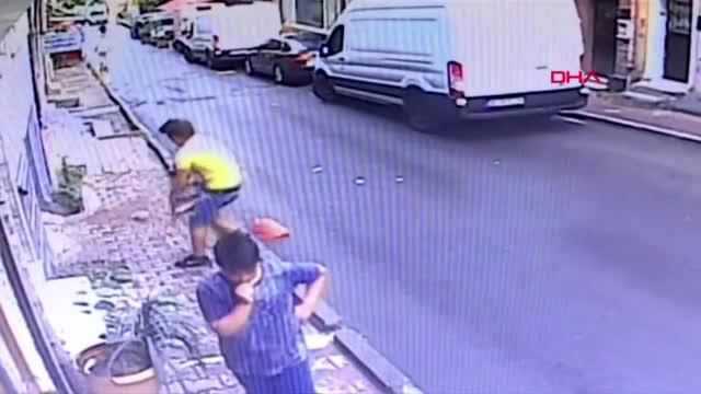 Бебе, падащо от втория етаж, беше спасено от случаен минувач (ВИДЕО)