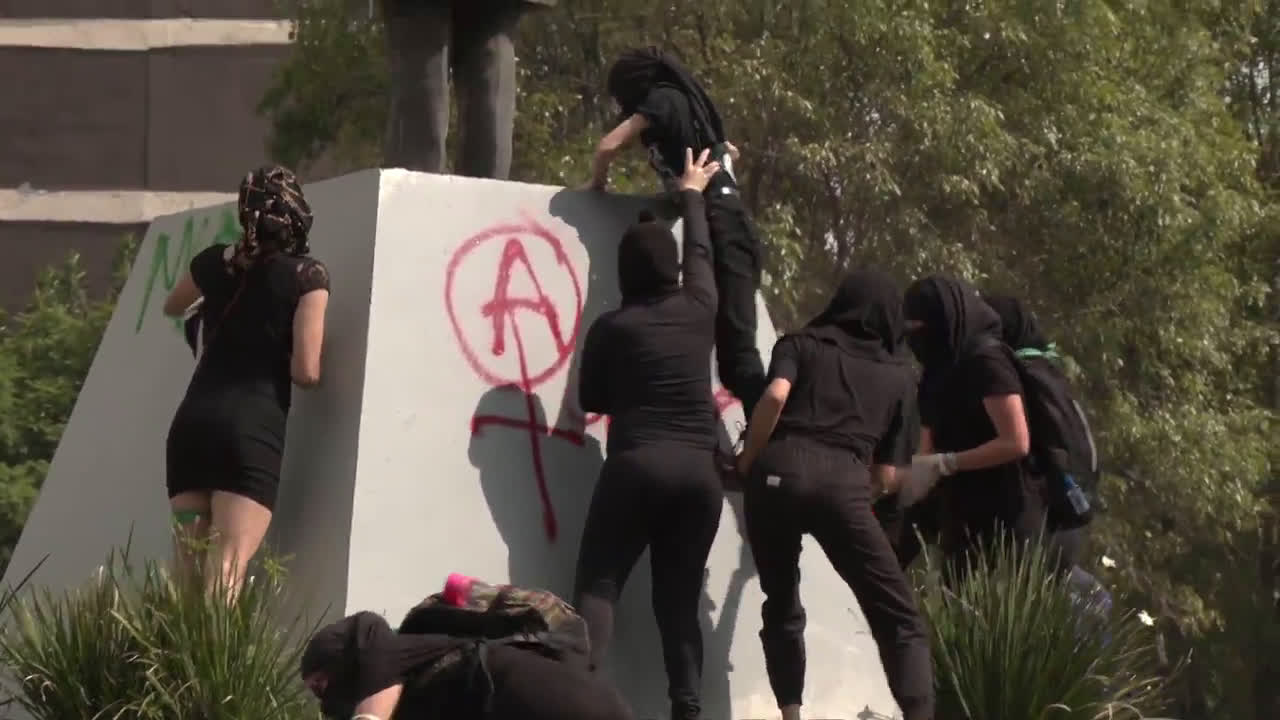 Mexico: Protesters clash with police in march against gender violence