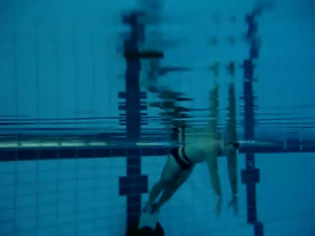 Плувец конкурира с номера си делфините!
