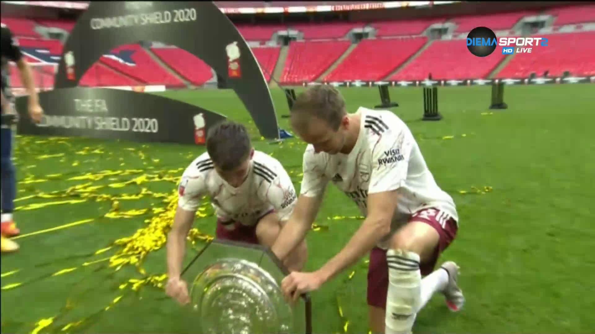 Награждаването на Арсенал след победата над Ливърпул за Къмюнити Шийлд