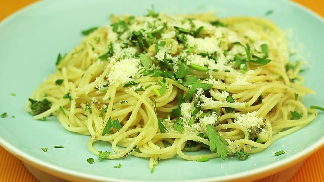 Леко пикантни чеснови спагети